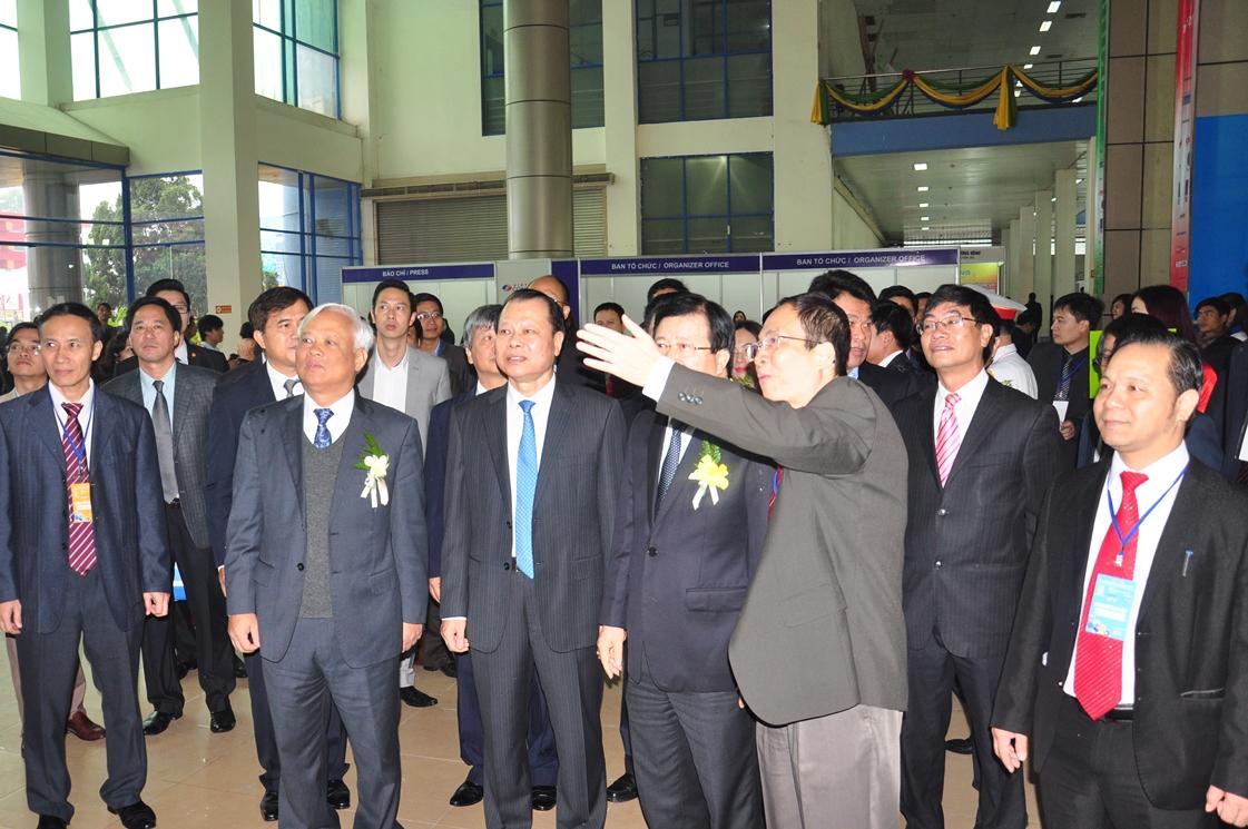 Phó Chủ tịch Quốc Hội Uông Chu Lưu, Phó Thủ tướng Vũ Văn Ninh cùng các đồng chí lãnh đạo Bộ, ngành thăm quan gian hàng triển lãm của CIENCO1