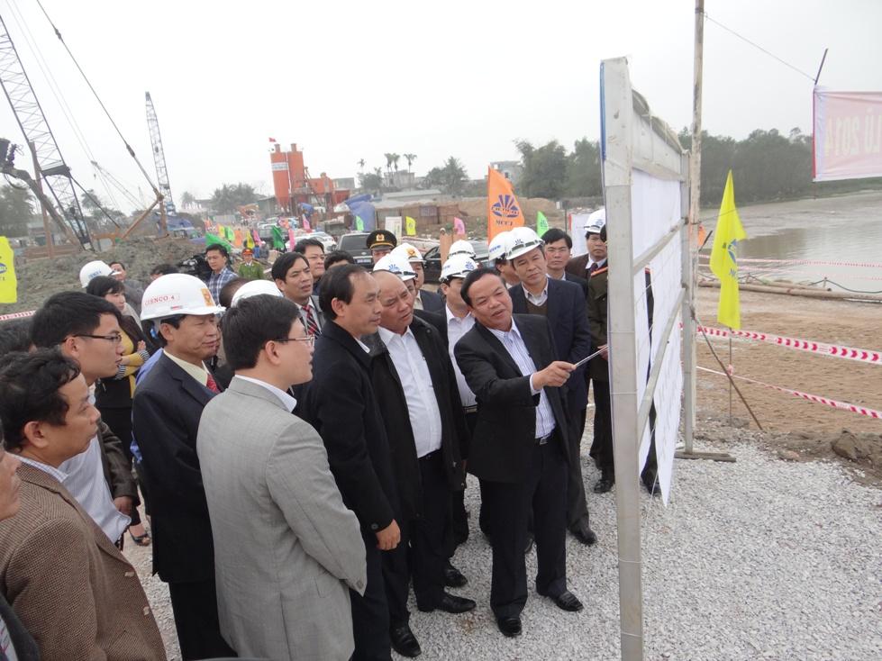Phó Thủ tướng Nguyễn Xuân Phúc kiểm tra tiến độ thi công dự án cầu Nguyệt Viên