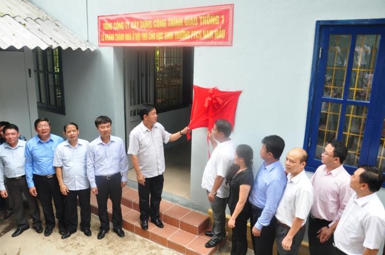 Bộ trưởng Bộ GTVT cùng đ/c Bí thư Tỉnh uỷ Bắc Kan giật băng khánh thành nhà nội trú