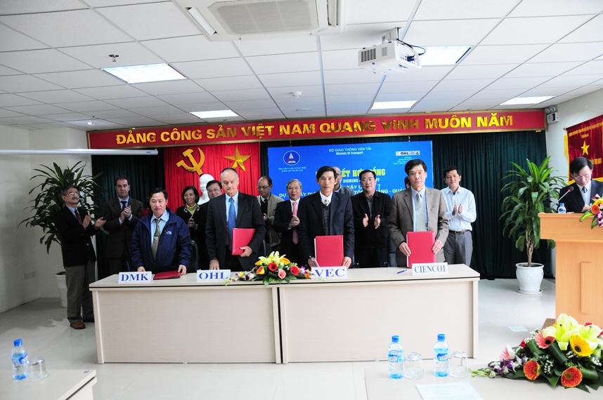 Tổng giám đốc Cấn Hồng Lai cùng lãnh đạo liên danh CIENCO1- DMK-OHL ký hợp đồng cùng Chủ tịch HĐTV VEC
