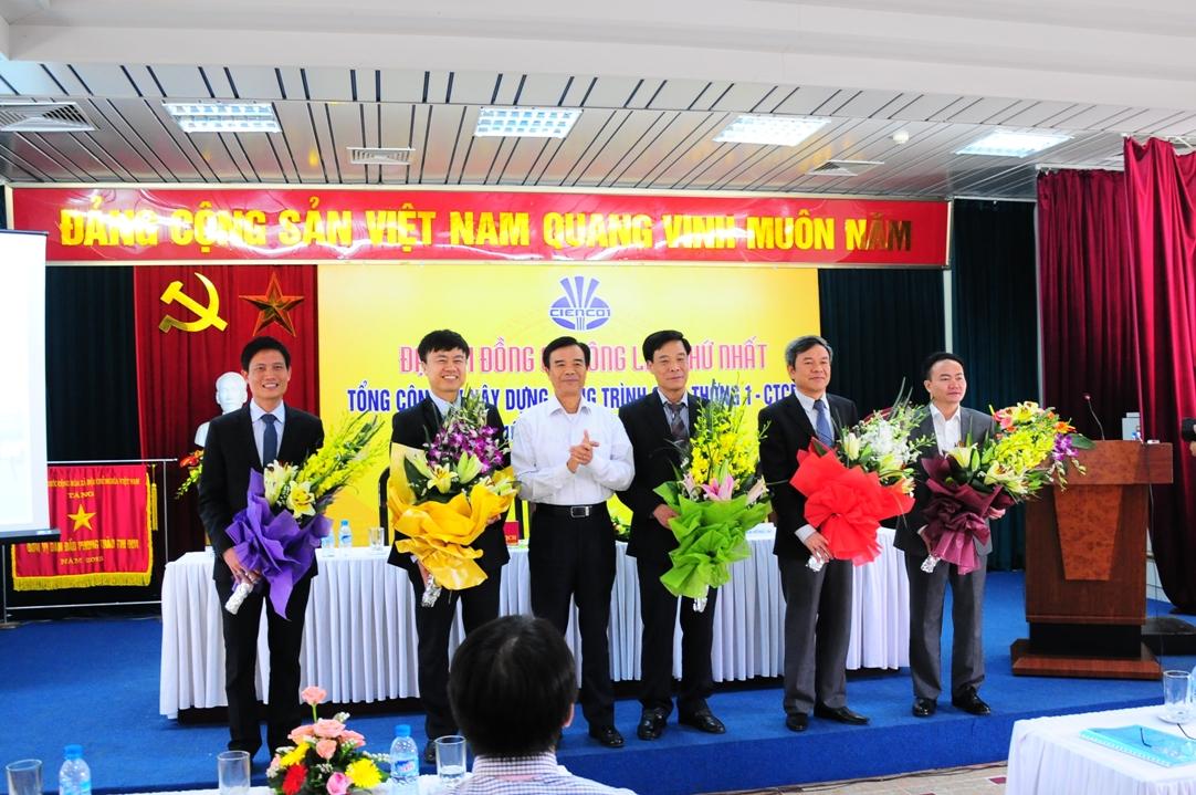 Thứ trưởng Bộ GTVT Trương Tấn Viên tặng hoa chúc mừng 5 uỷ viên HĐQT