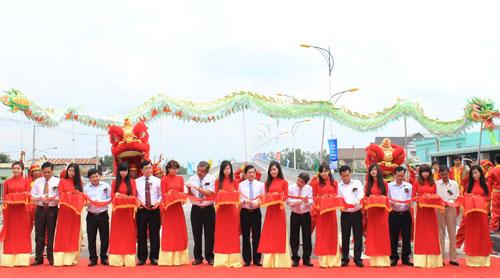 phó TGĐ Nguyễn Duy Thắng ( thứ 2 từ trái sang) cùng lãnh đạo tỉnh Bình Dương tiến hành nghi lễ khánh thành dự án