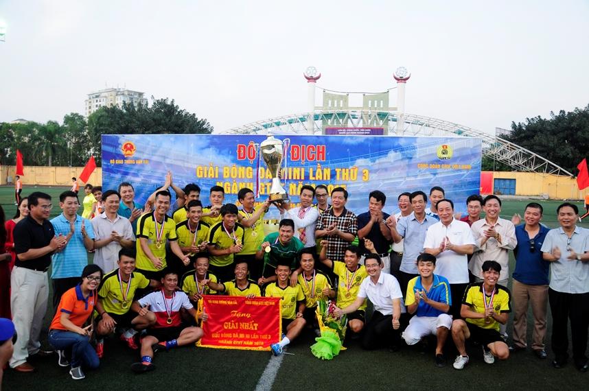 Bộ trưởng Bộ GTVT trao cúp vô địch cho đội bóng CIENCO1