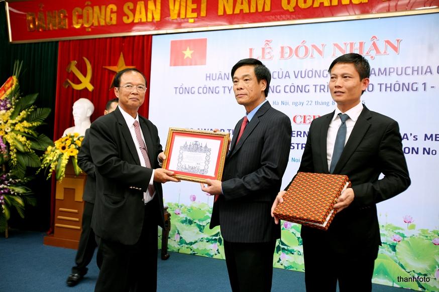 Bộ trưởng Tram IV Tek trao Huân chương Hữu nghị Hạng nhì của Vương quốc Cambodia cho CIENCO1