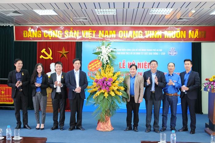 Bí thư Đảng ủy cùng Phó Bí thư Đảng ủy TCT trao lẵng hoa chúc mừng Ban thường vụ Đoàn TCT