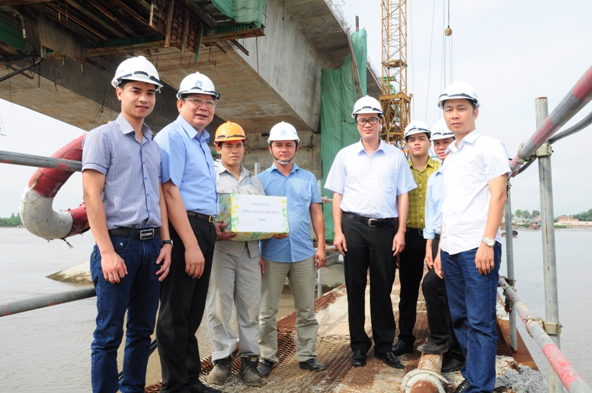Công đoàn TCT thăm tặng quà người lao động nhân dịp tháng công nhân 2016
