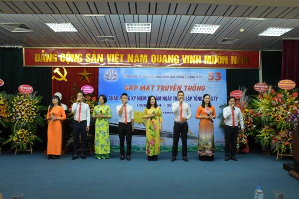 Đội văn nghệ xung kích hát mừng ngày truyền thống