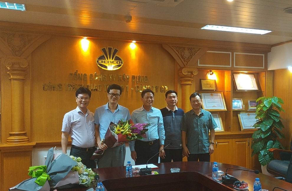 Lãnh đạo TCT trao quyết định và tặng hoa cho tân giám đốc Công ty TCCG1