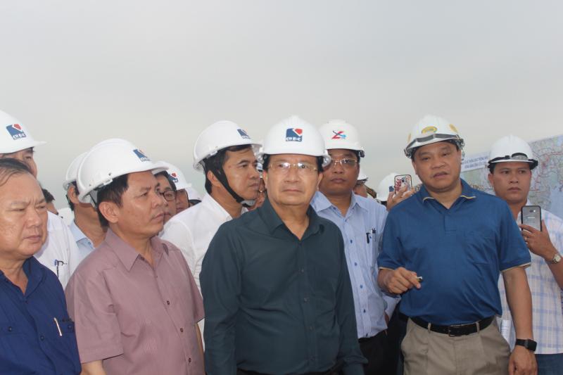 Phó Thủ tướng Chính phủ Trịnh Đình Dũng thị sát dự án cao tốc Trung Lương-Mỹ Thuận. Ảnh: Hải Đường