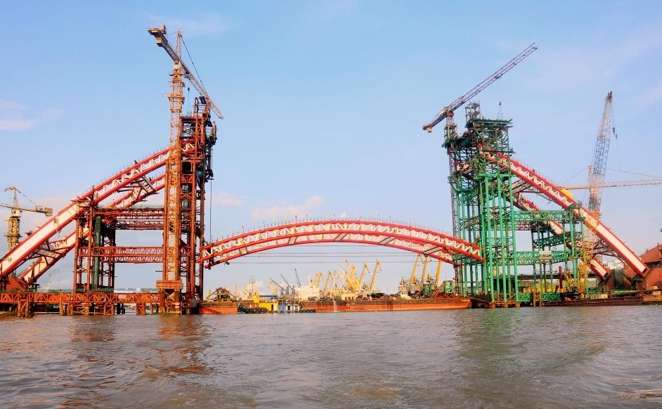 Vòm cầu chính trong quá trình cẩu lắp