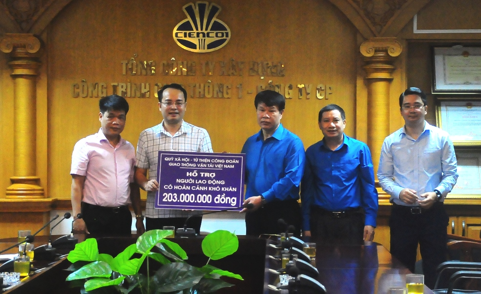 Đồng chí Đỗ Nga Việt - Chủ tịch CĐ GTVT Việt Nam (thứ 3 từ phải sang) trao lại tiền hỗ trợ cho Chủ tịch CĐ Tổng Công ty Xây dựng công trình giao thông số 1